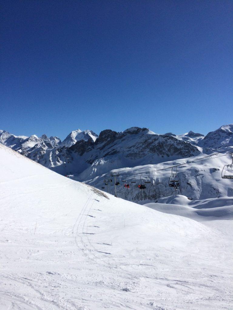 Les sommets de la Vanoise sont visibles depuis les sommets au-dessus de La Plagne