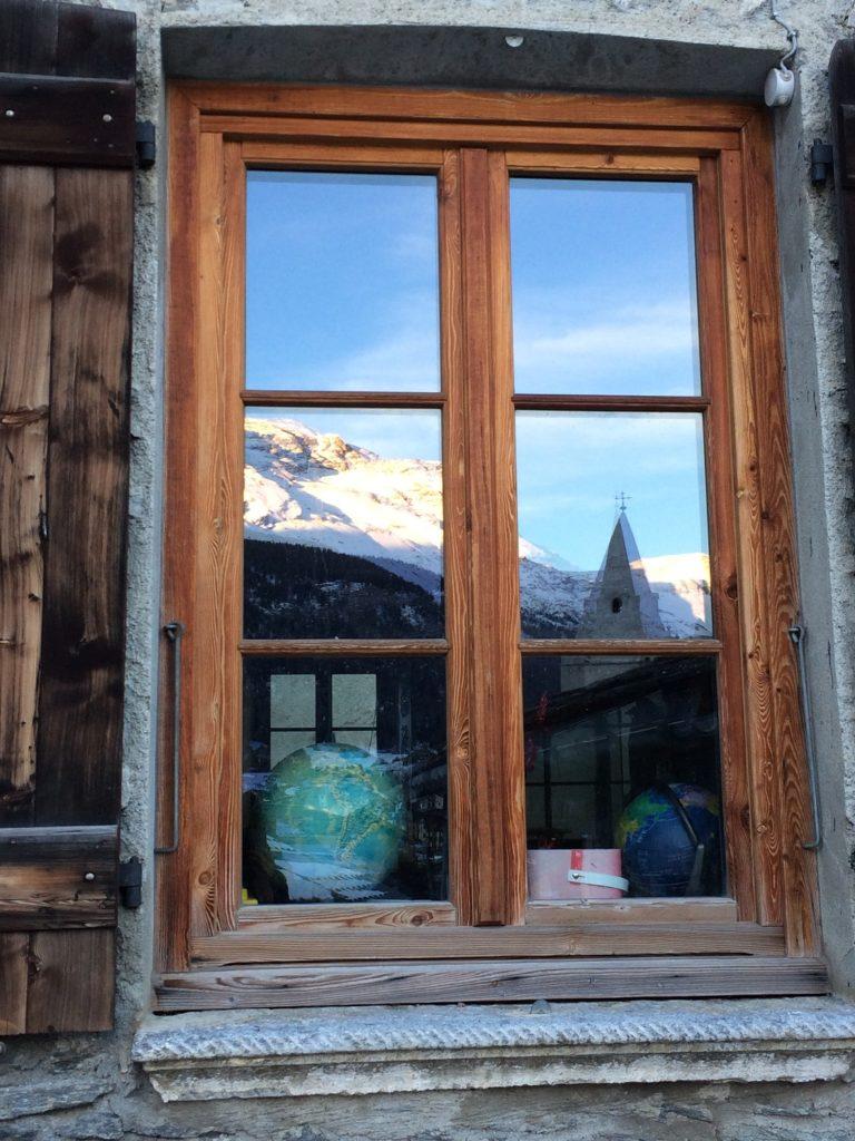 Fenêtres de l'école du village de Lanslevillard