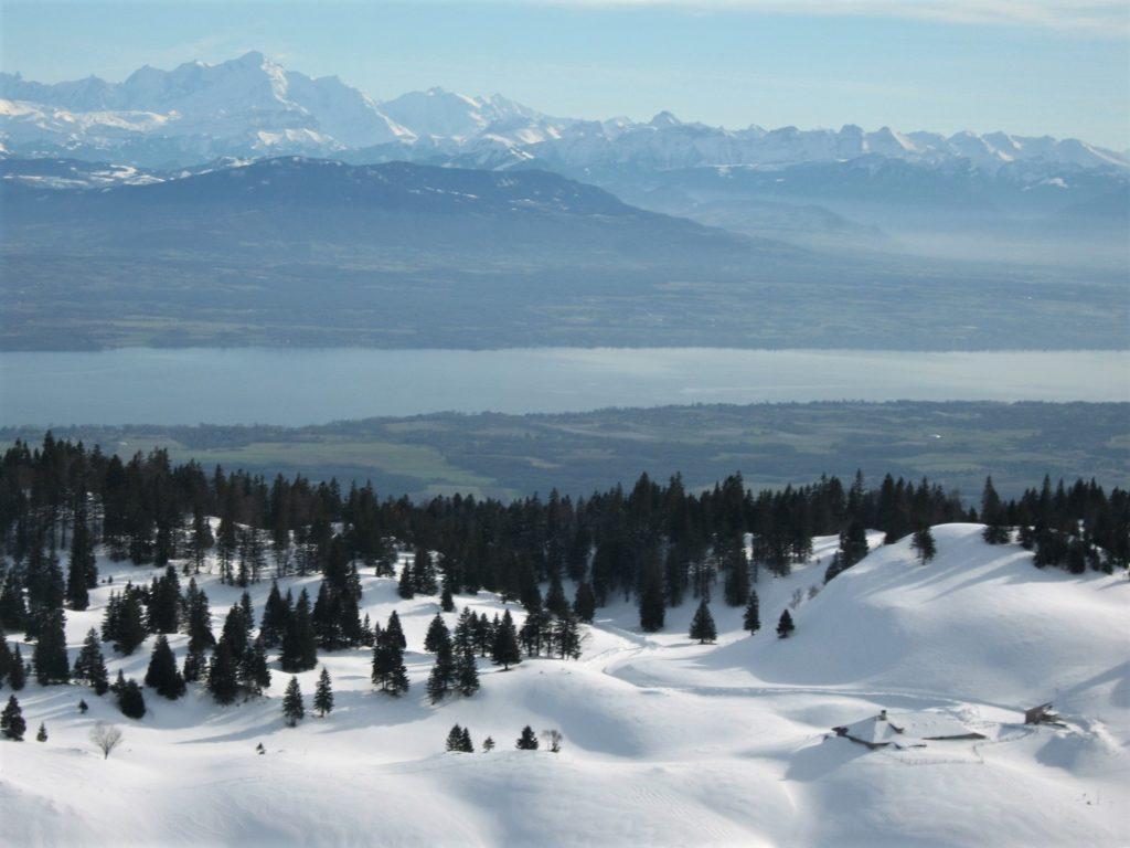 Le lac Léman et le Mont Blanc vus depuis le sommet de la Dôle dans le Jura