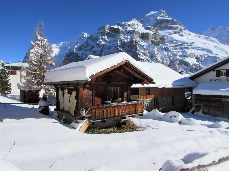 Un chalet recouvert de neige dans les Alpes Suisses