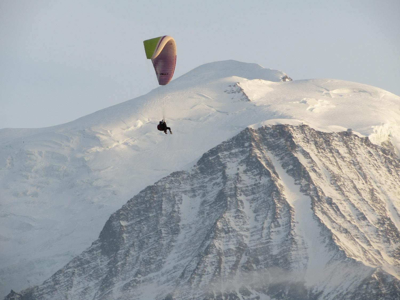 Parapente devant le Mont Blanc